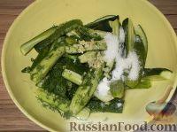 Фото приготовления рецепта: Салат из огурцов «Дамские пальчики» - шаг №5