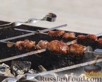 Фото приготовления рецепта: Мини-шашлыки из лосося, курицы и телятины в соусе терияки - шаг №9