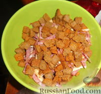 Фото к рецепту: Холостяцкий салатик с сухариками за 5 минут