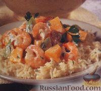 Фото к рецепту: Салат из дыни, креветок и колбасок, на рисовой подушке