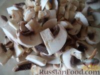 Фото приготовления рецепта: Куриная грудка с грибами в сливочном соусе - шаг №2