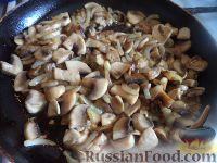 Фото приготовления рецепта: Куриная грудка с грибами в сливочном соусе - шаг №6