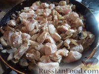 Фото приготовления рецепта: Куриная грудка с грибами в сливочном соусе - шаг №7
