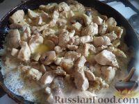 Фото приготовления рецепта: Куриная грудка с грибами в сливочном соусе - шаг №8
