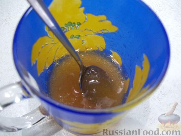 Фото приготовления рецепта: Молочное желе с клубникой и мороженым - шаг №4