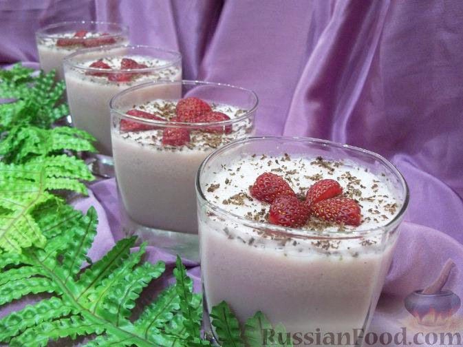 Фото приготовления рецепта: Молочное желе с клубникой и мороженым - шаг №6