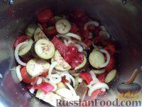 """Фото приготовления рецепта: Салат на зиму """"Тройка"""" из баклажанов, перца и помидоров - шаг №6"""