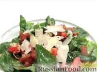 Фото к рецепту: Салат из шпината с беконом и пармезаном