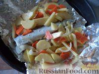 Фото приготовления рецепта: Скумбрия, запеченная с овощами - шаг №7