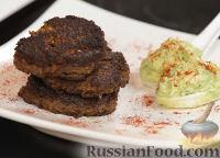 Фото к рецепту: Котлетки из фасоли и сладкого перца с пюре из авокадо