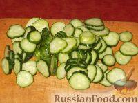 Фото приготовления рецепта: Салат из помидоров и огурцов - шаг №2