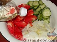 Фото приготовления рецепта: Салат из помидоров и огурцов - шаг №5