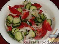 Фото приготовления рецепта: Салат из помидоров и огурцов - шаг №7
