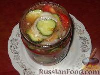 Фото приготовления рецепта: Салат из помидоров и огурцов - шаг №9