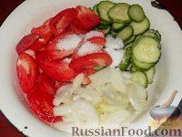 Фото приготовления рецепта: Салат из помидоров и огурцов - шаг №6