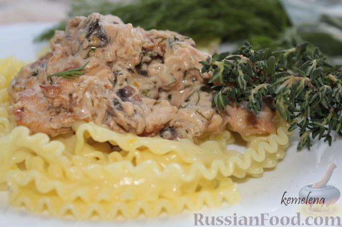 Рецепт Куриное филе в сливочной подливке с шампиньонами и тимьяном