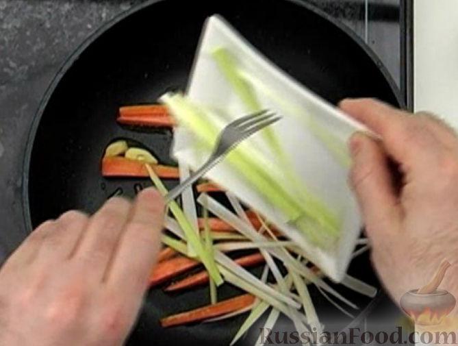 Фото приготовления рецепта: Оладьи на кефире, с куриным фаршем - шаг №4