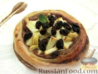 Фото к рецепту: Яблоки с изюмом на слоеном тесте