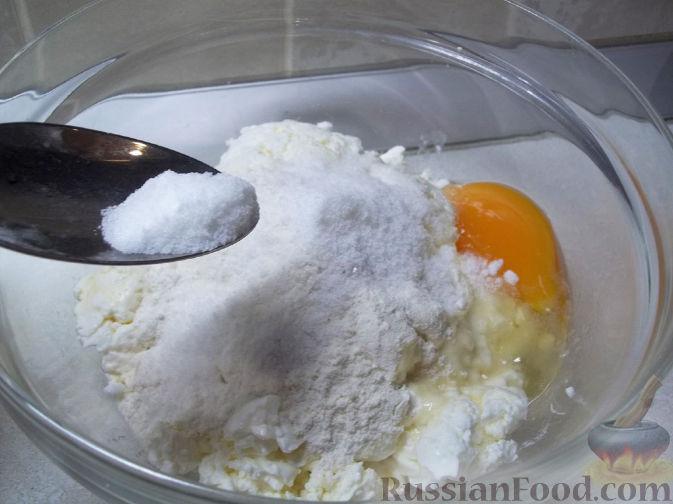 Фото приготовления рецепта: Киш с капустой и черносливом, в яично-сметанной заливке с сыром - шаг №13