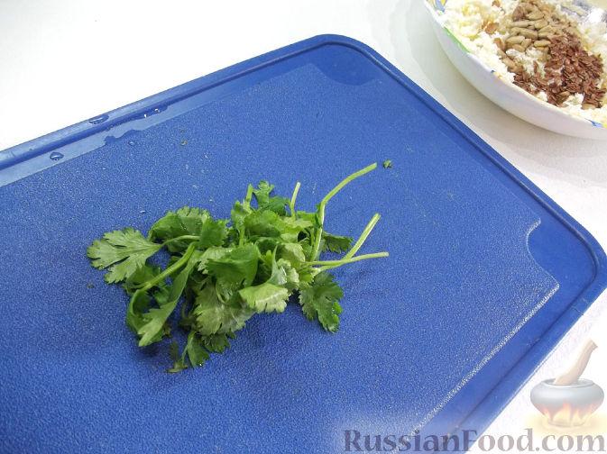 Фото приготовления рецепта: Творожный салат с зеленью и абрикосами - шаг №3