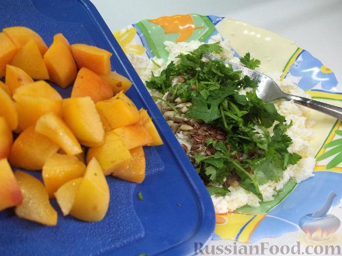Фото приготовления рецепта: Творожный салат с зеленью и абрикосами - шаг №5