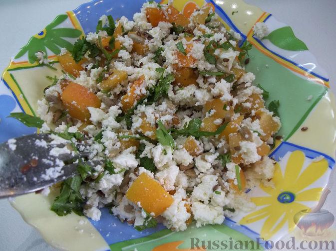 Фото приготовления рецепта: Творожный салат с зеленью и абрикосами - шаг №6