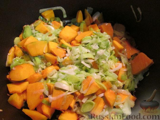 Фото приготовления рецепта: Суп-пюре из тыквы и лука-порея - шаг №2