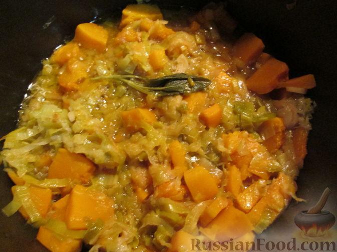 Фото приготовления рецепта: Суп-пюре из тыквы и лука-порея - шаг №4