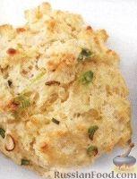 Фото к рецепту: Сконы с луком и сыром
