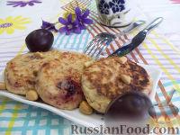 Фото к рецепту: Сырники с орехами и сливами
