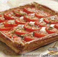 Фото к рецепту: Пицца на слоеном корже с помидорами и сыром