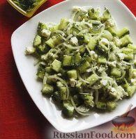 Фото к рецепту: Огуречный салат с луком и сыром