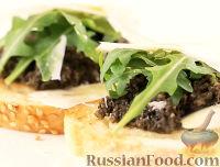 Фото к рецепту: Брускетта с тапенадой из черных оливок и пармезаном