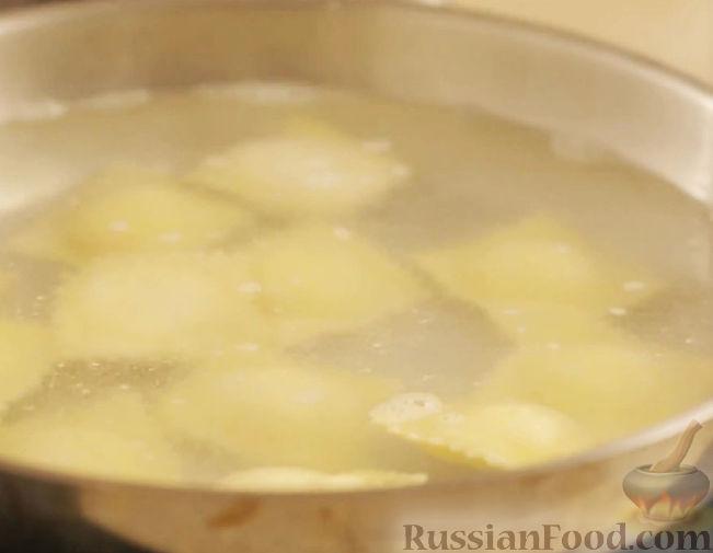 Фото приготовления рецепта: Рулетики из куриного филе с моцареллой и зеленью, в беконе - шаг №6