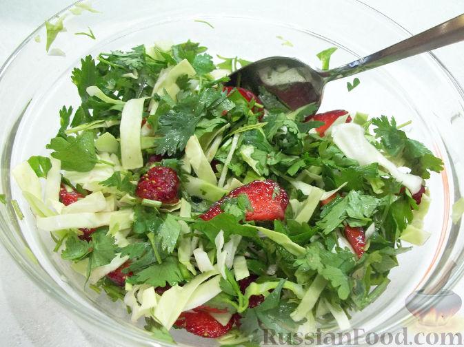Фото приготовления рецепта: Салат с клубникой - шаг №5