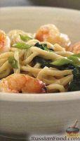 Фото к рецепту: Лапша с креветками и шпинатом