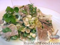 Фото к рецепту: Салат из маринованных шампиньонов и свиного языка