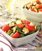 Фото к рецепту: Арбузный салат с бобами, огурцом и сыром