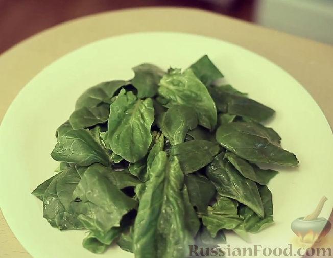 Фото приготовления рецепта: Салат из шпината, клубники и миндаля - шаг №1