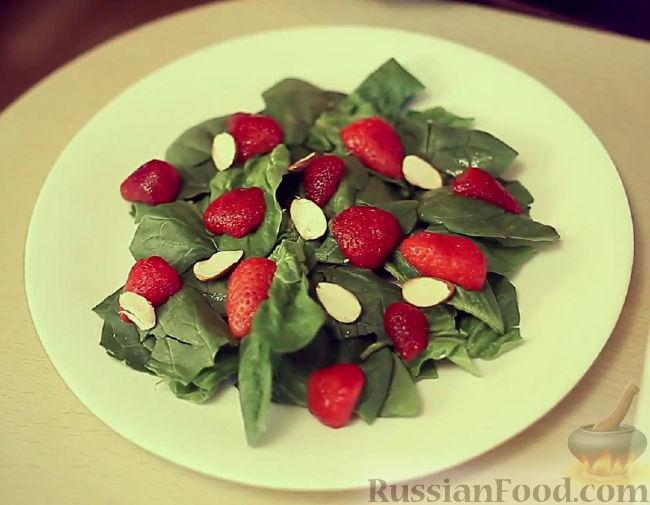 Фото приготовления рецепта: Салат из шпината, клубники и миндаля - шаг №4