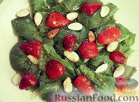 Фото к рецепту: Салат из шпината, клубники и миндаля