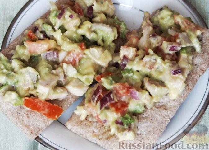 Салат с авокадо и куриной грудкой с фото