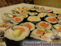 Фото к рецепту: Роллы с семгой и огурцом