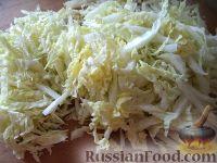 Фото приготовления рецепта: Салат с крабовыми палочками и пекинской капустой - шаг №2