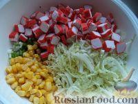 Фото приготовления рецепта: Салат с крабовыми палочками и пекинской капустой - шаг №7