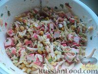 Фото приготовления рецепта: Салат с крабовыми палочками и пекинской капустой - шаг №8