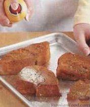 Фото приготовления рецепта: Домашний хлеб, запечённый с пряным маслом, сыром и зеленью - шаг №2