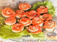"""Фото к рецепту: """"Розы"""" из тонких блинов с семгой"""