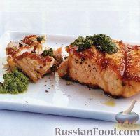 Фото к рецепту: Жареный на  гриле лосось с соусом песто