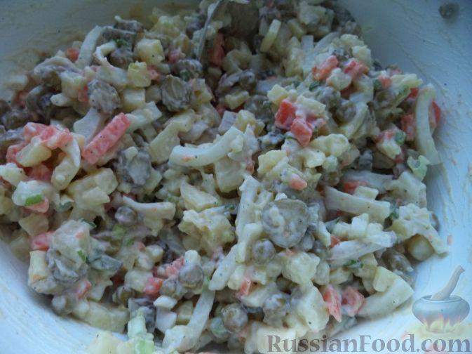 """Фото приготовления рецепта: Салат из кальмаров """"Почти оливье"""" - шаг №10"""